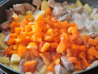 Овощи, тушенные со свининой - фото шаг 3