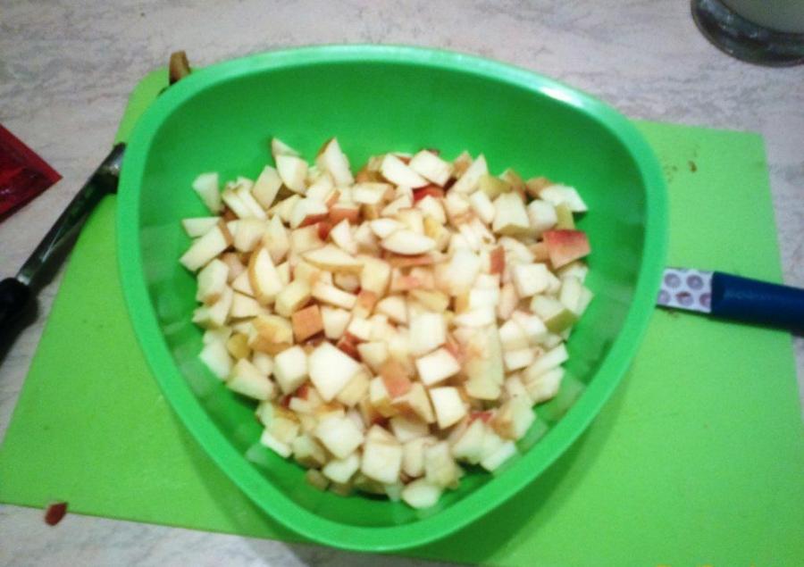Шарлотка на ряженке с яблоками - фото шаг 3