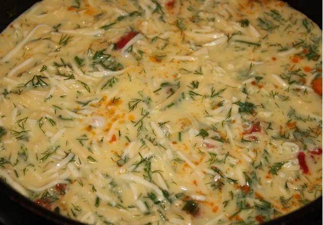 Омлет с колбасой, помидорами и сыром - фото шаг 4