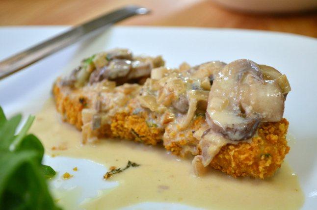 Курица под соусом с грибами - фото шаг 3