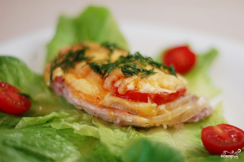 Мясо, запеченное с помидорами