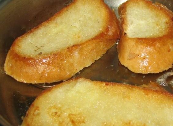 Гренки с колбасой и сыром - фото шаг 6
