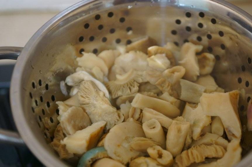 Жареные лесные грибы - фото шаг 2