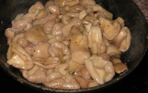 Маслята, жареные с луком - фото шаг 4