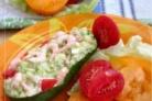 Салат с морепродуктами, томатами, авокадо и перепелиным яйцом