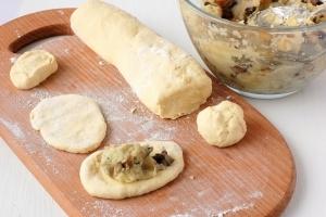 Пирожки с грибами и картошкой жареные - фото шаг 7