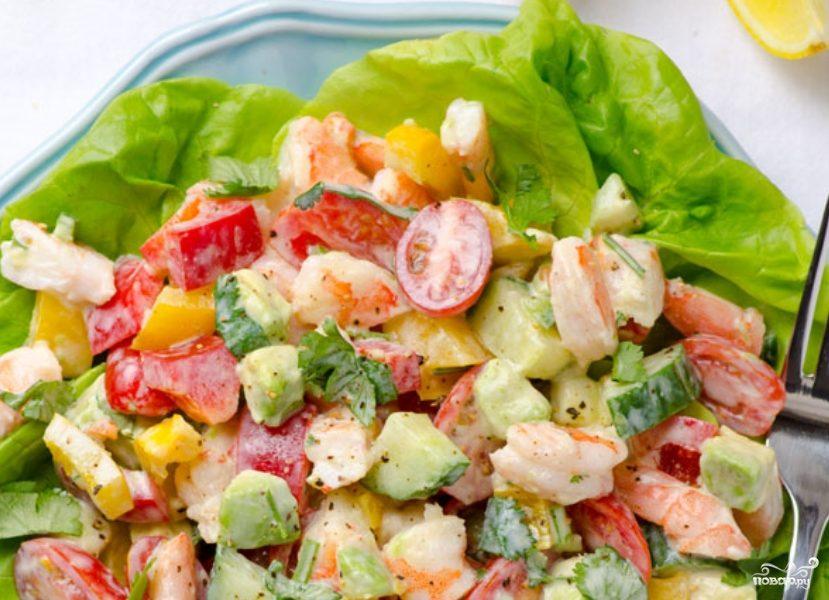 Салат с креветками и салатом