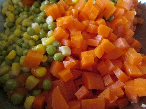 Простой салат с кукурузой - фото шаг 6