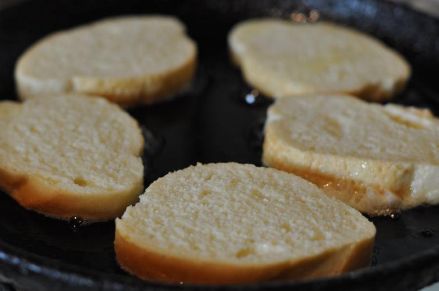 Гренки с яйцом на сковороде - фото шаг 3