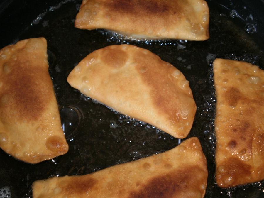 Тесто для чебуреков на минералке - фото шаг 5