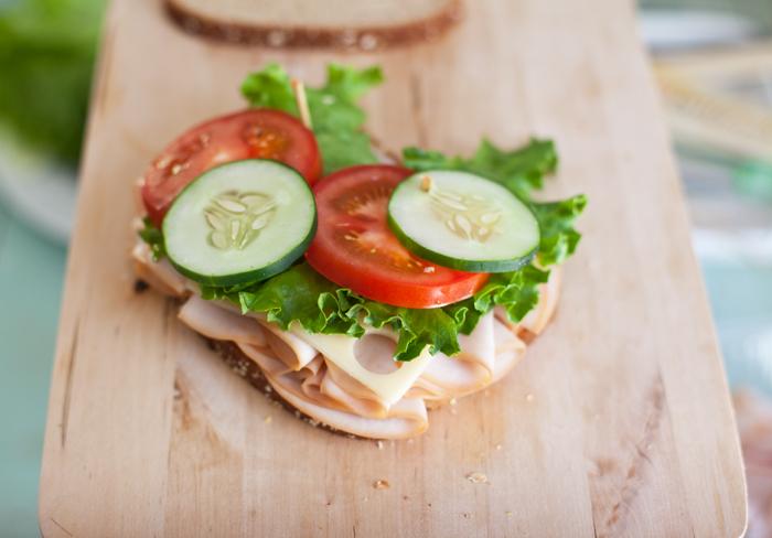 Бутерброды с колбасой на праздничный стол - фото шаг 8
