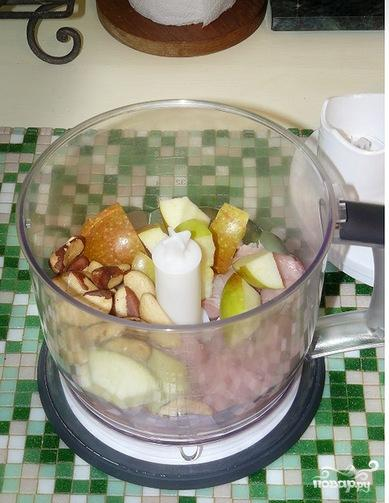 Котлеты из индейки с яблоками и орехами - фото шаг 1
