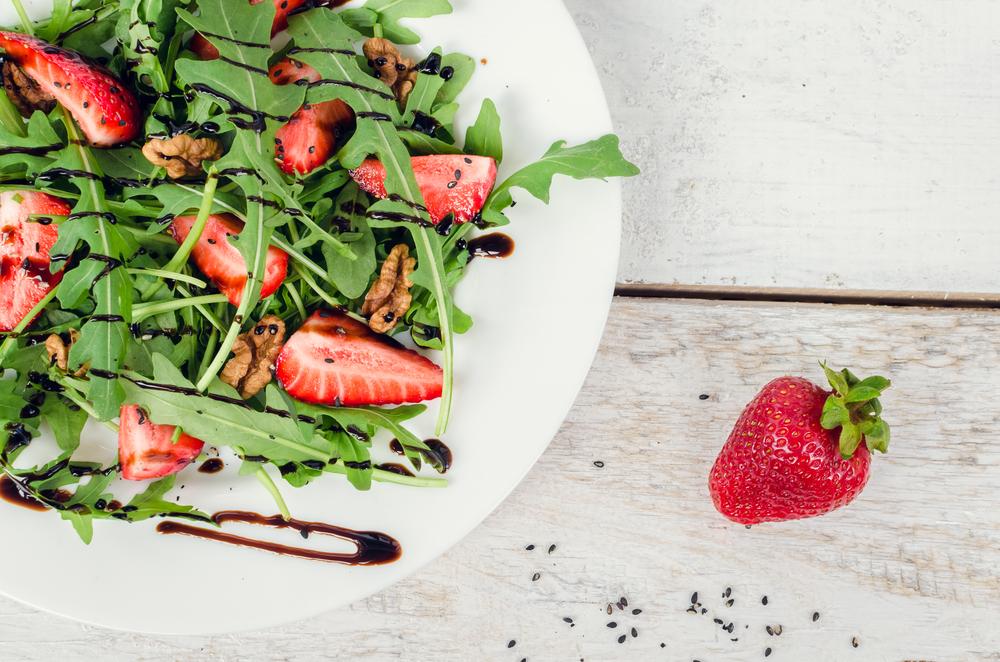 Салат из рукколы, клубники и грецкого ореха с заправкой из бальзамического уксуса