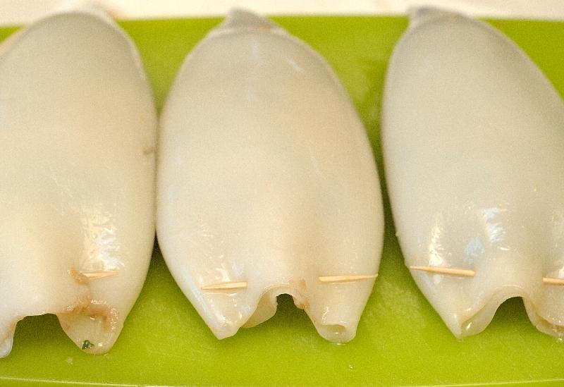 Кальмары, фаршированные курицей и грибами - фото шаг 2