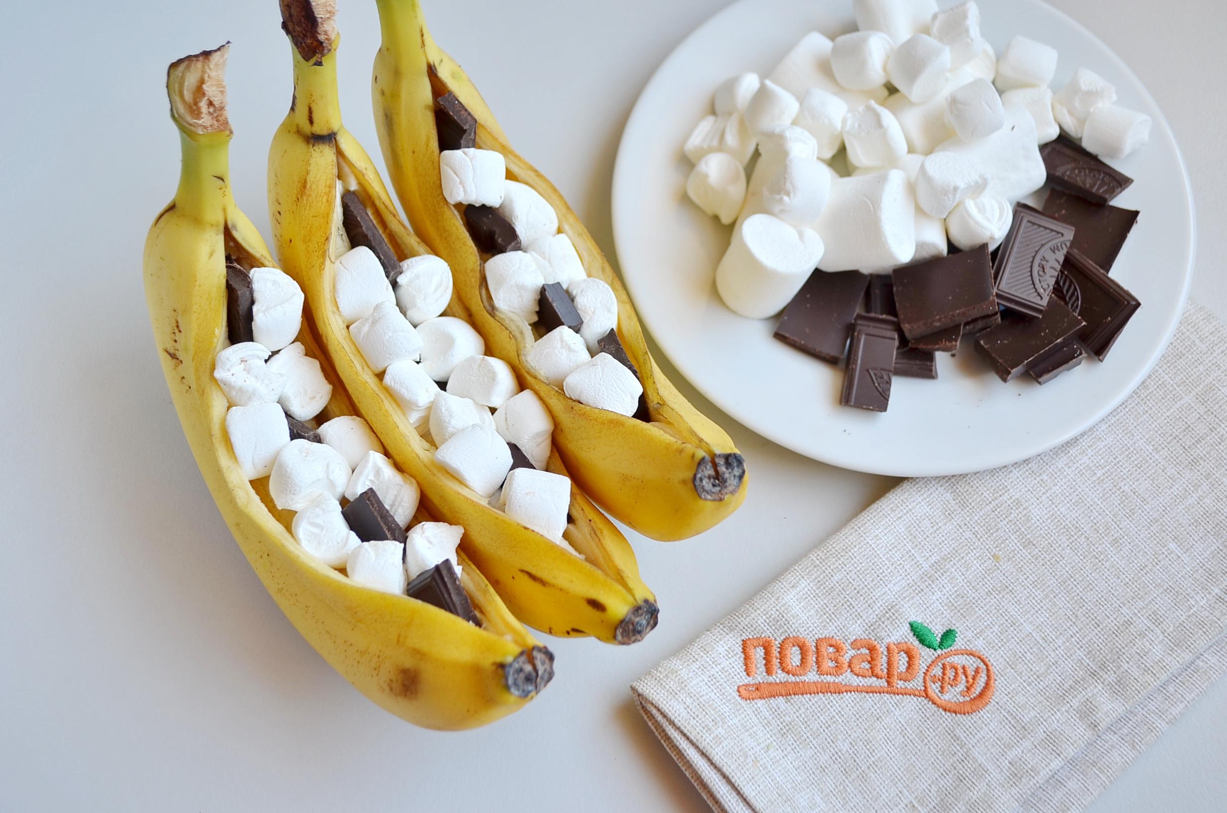 Запеченные бананы, шаг 2: разрежьте банан и наполните шоколадом и маршмэллоу