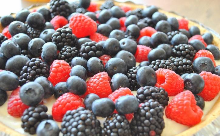 Быстрый пирог с ягодами - фото шаг 4