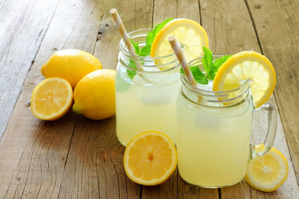 Освежающий лимонад с лимонами