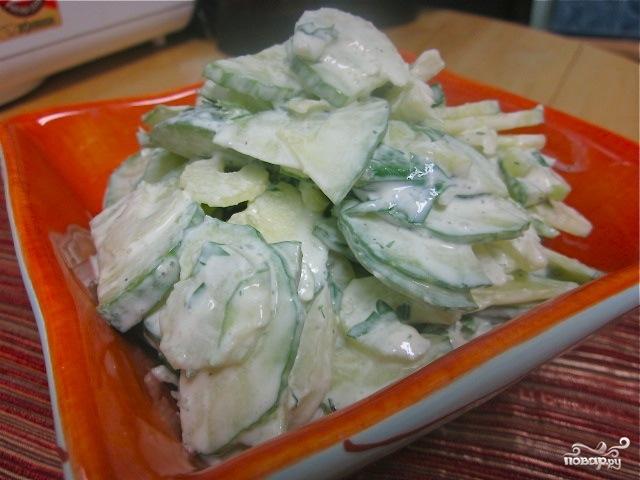 Салат с сельдереем и огурцом