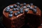 Шоколадный торт с голубикой