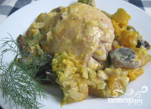 Курица, запеченная с грибами и тыквой