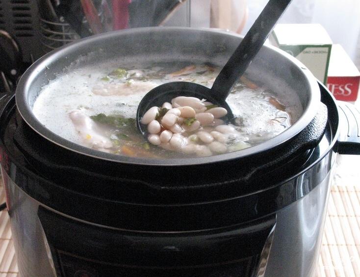 Фасолевый суп с колбасой - фото шаг 9