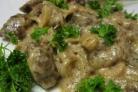 Печень по-строгановски с грибами