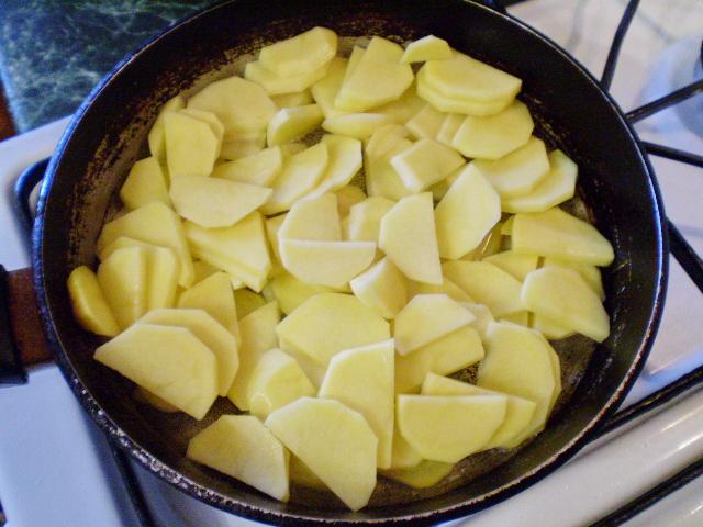 Жареная картошка с луком - фото шаг 3