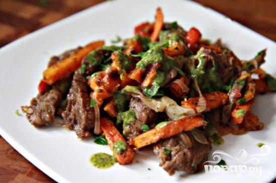 Стейк со сладким картофелем и соусом из петрушки