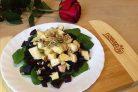 Салат из свеклы с яблоками и шпинатом