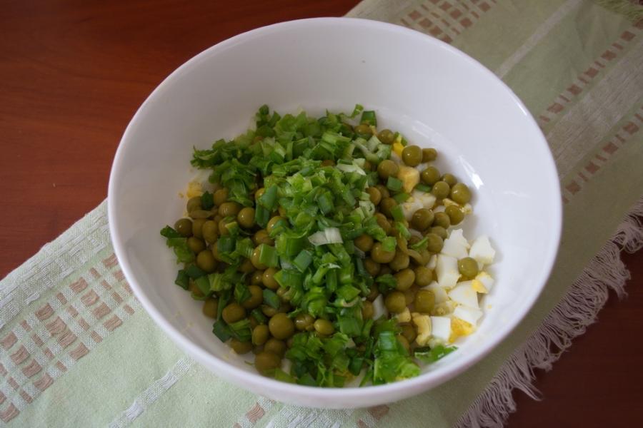 Салат с печенью трески и яйцом - фото шаг 3