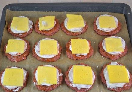 Котлеты в духовке с помидорами - фото шаг 11