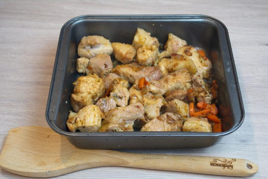 Свинина с картофелем в духовке - фото шаг 4