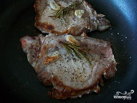 Стейк из свинины с розмарином - фото шаг 4