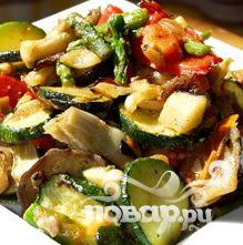 Салат из цыпленка со спаржей, кабачками и грибами