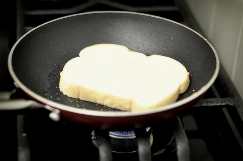 Омлет с хлебом и сыром   - фото шаг 6