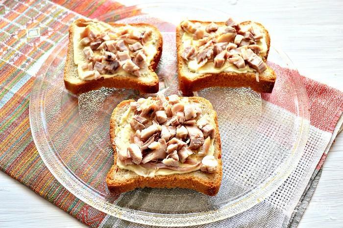 4. И выложите её на хлеб.