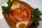 Яичница в хлебе с помидорами