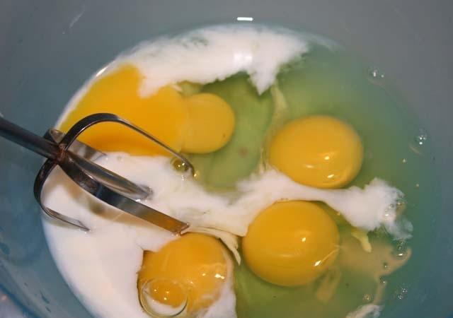 Омлет с колбасой и помидорами - фото шаг 6