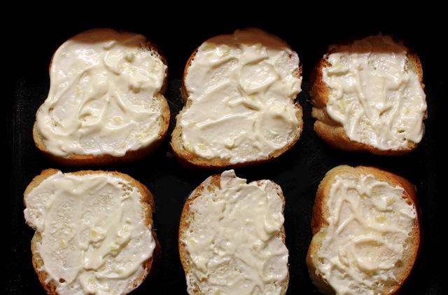 Бутерброды со шпротами в духовке - фото шаг 3