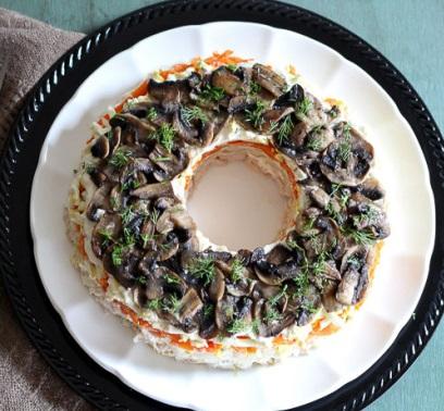 Салат с грибами жареными слоями - фото шаг 10
