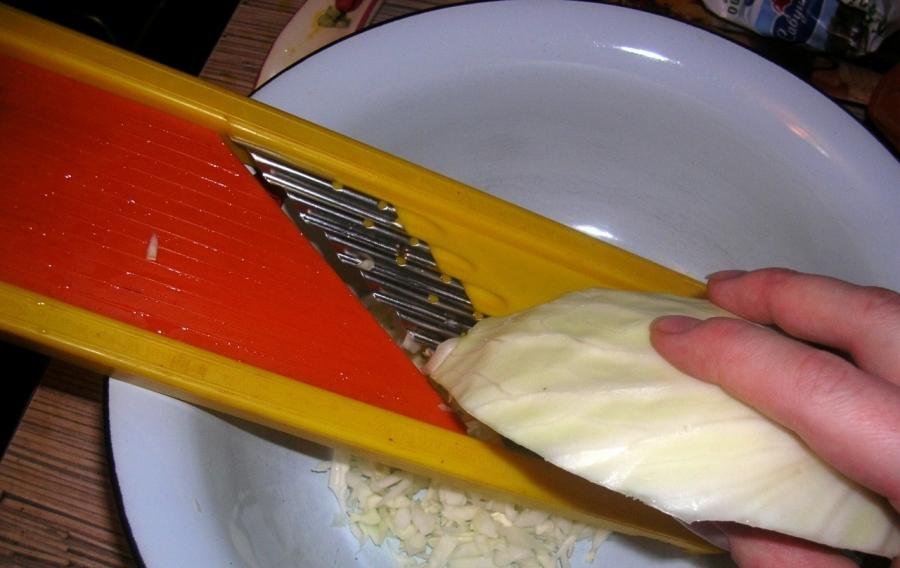 Шарлотка с капустой на кефире - фото шаг 1