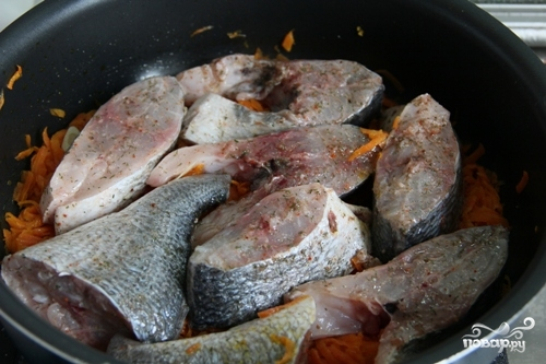 Тушеная рыба с морковью - фото шаг 3