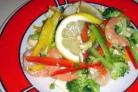 Овощной салат с креветками и лимоном