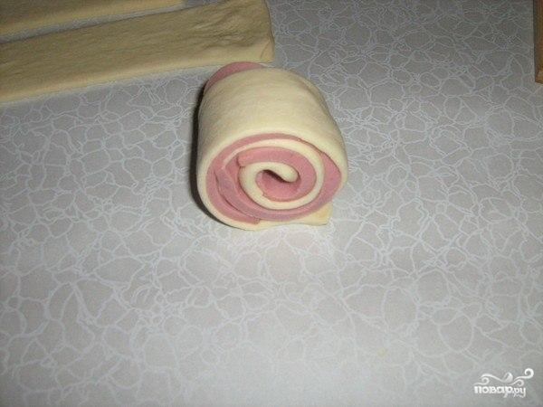 Слоеные завитушки с колбасой - фото шаг 2