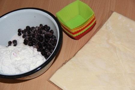Слоёные корзиночки с творожно-ягодной начинкой - фото шаг 1