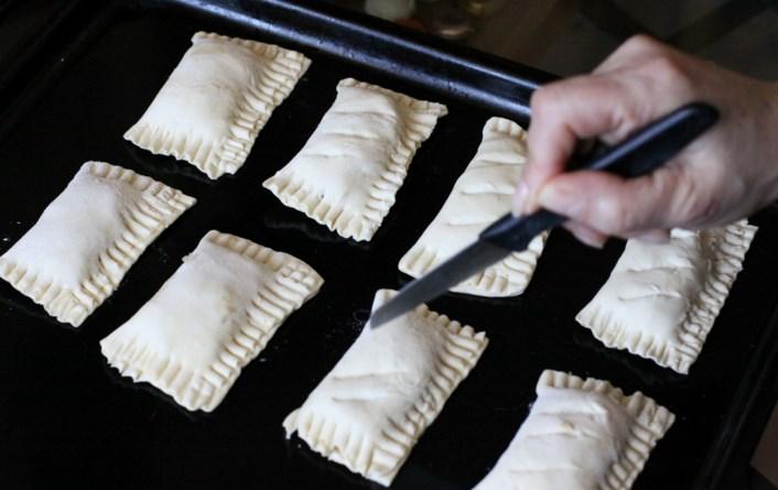 Пирожки из слоёного теста с яблоками - фото шаг 4
