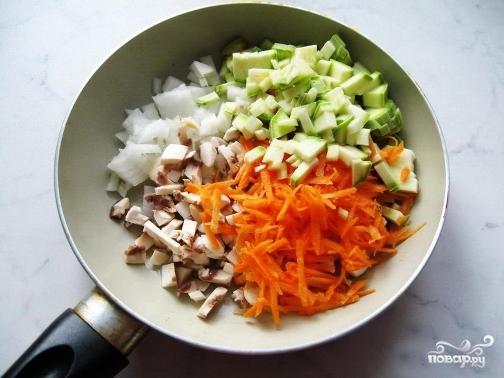 Кабачки, фаршированные рисом и овощами - фото шаг 2