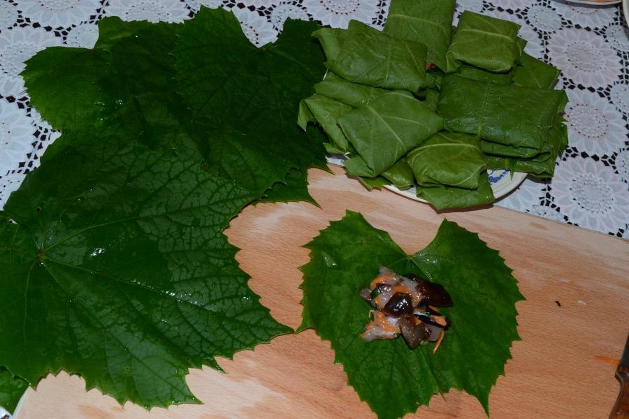 Рагу с листьями фаршированными курицей и опятами - фото шаг 6