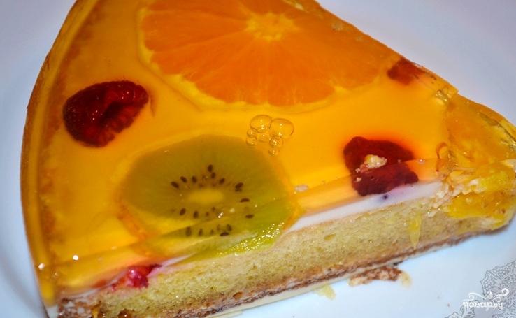 Бисквитный торт с желе и фруктами