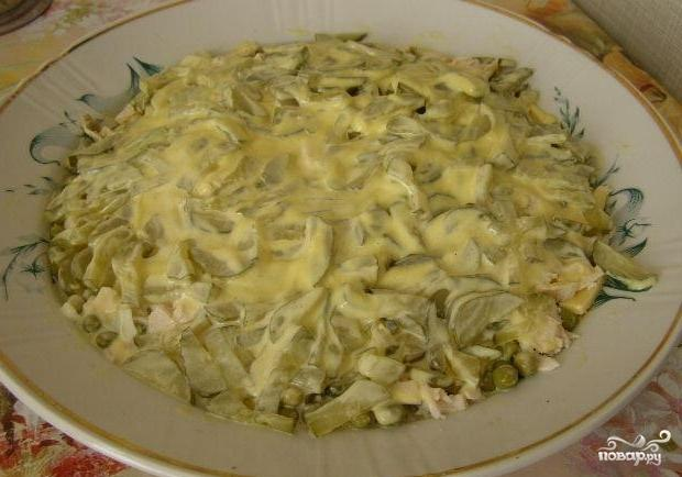 Салат с куриным филе и солеными огурцами